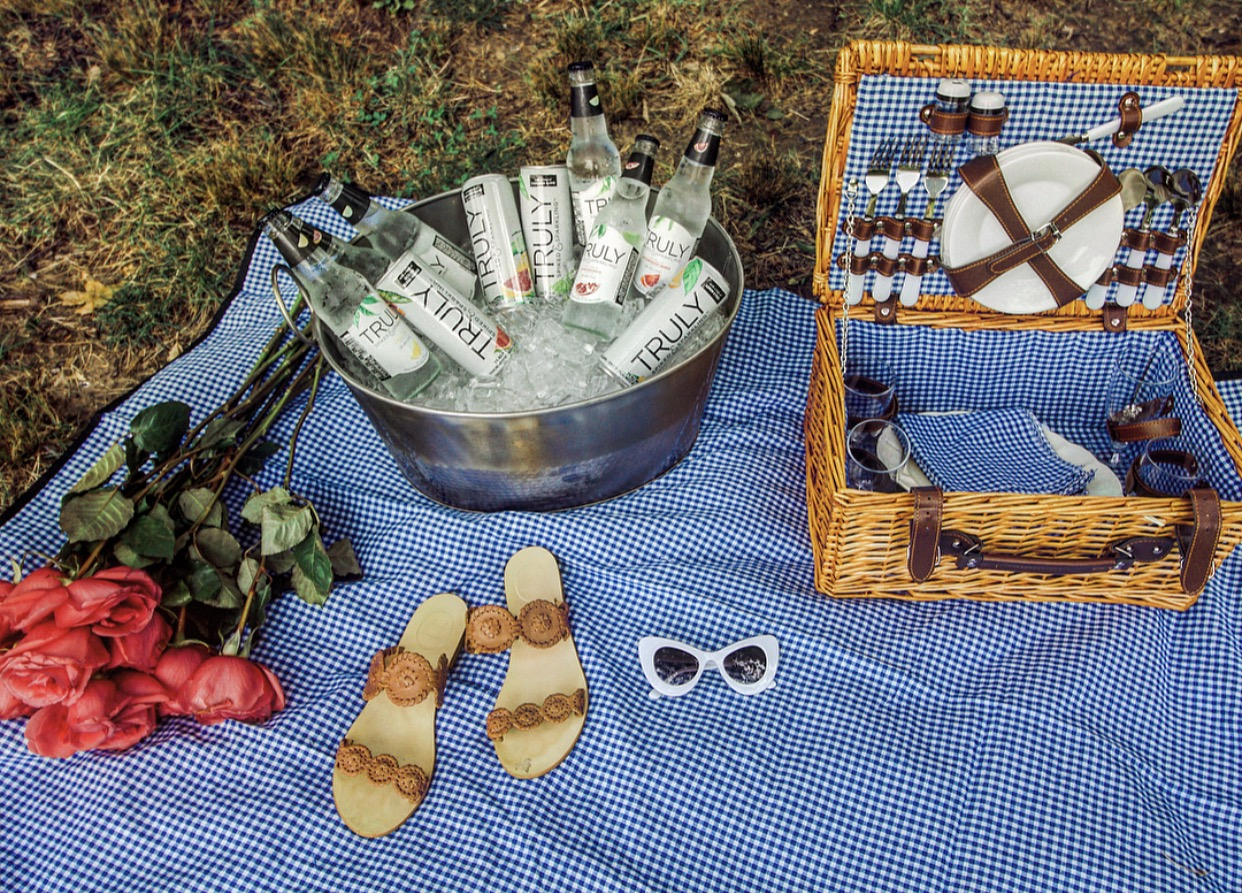 perfect picnic ideas, summer, gingham, picnic baskets